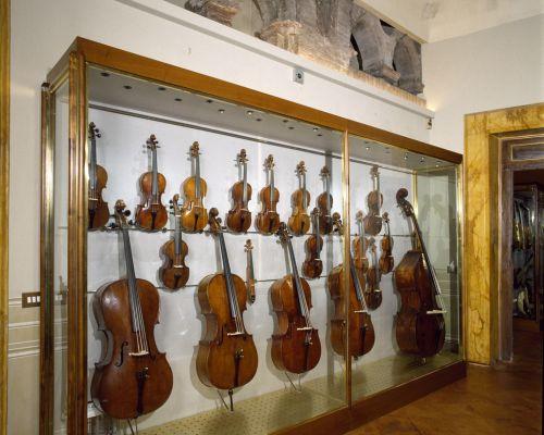5600 sala degli strumenti vetrina con violini e Violoncelli